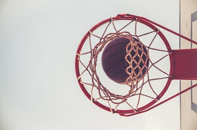 míč nad košíkem