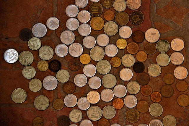 drobné mince na dlažbě